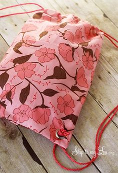 Drawstring Backpack {Sewing Tutorial} (Skip To My Lou) Easy Kids Sewing Projects, Sewing Projects For Beginners, Sewing For Kids, Sewing Hacks, Sewing Tutorials, Sewing Crafts, Sewing Patterns, Sewing Tips, Sewing Ideas