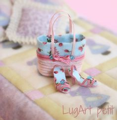 Dollhouse miniature by LugartPetit: Set of handbag with sandals in pink and blue