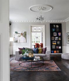 Indretningsdesigner Helle Holstein har indrettet sin patriciervilla med høje paneler, røgfarvet sildebensparket og underspillede nuancer på designmøbler og kunst. Tilsammen giver det en klassisk og luksuriøs stil.