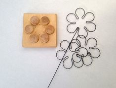 wire jig to make flowers Wire Crafts, Metal Crafts, Diy And Crafts, Arts And Crafts, Wire Hanger Crafts, Wire Jig, Wire Ornaments, Art Du Fil, Bijoux Fil Aluminium
