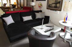 Sofá de 3 plazas negro con cojines decorativos y butaca negra