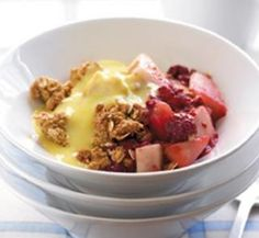 Delicious pear and raspberry crumble - Healthy Food Guide Healthy Cooking, Cooking Recipes, Healthy Food, Cooking Ideas, Pear Recipes, Healthy Recipes, Delicious Recipes, Raspberry Crumble, Ceramic Baking Dish