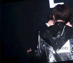 Jongin comforting crying maknae, such a precious Sekai moment