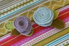 ENTRE MIM E VOCÊ - NÓS: PASSO A PASSO - tic tac - flores de feltro... Felt flowers on a hair clip..picture tutorial!