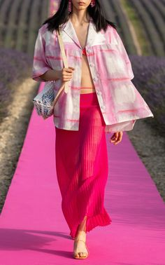 Jacquemus La Jupe Helado Longue Pleated Maxi Skirt In Pink Couture Fashion, Runway Fashion, Fashion Outfits, Fashion Trends, Fashion Lookbook, Jacquemus, Catwalk Collection, Vogue, Pleated Maxi