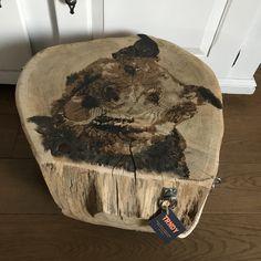 Boomstam bijzettafeltje beschilderd met hond #decorideas #decoration #wood #homedecor #home #dogs #hond #schilderij #painting #woodwork