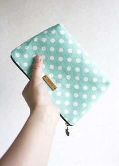 Linen Zipper Bag Tutorial ~ This has got to be one of the best sites for free sewing patterns.