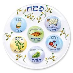 Make an easy interactive felt seder plate craft for toddlers to play with! This DIY toy for Pesach or Passover is easy to make and perfect for pretend play to celebrate the Jewish holiday. Sedar Plate, Comida Judaica, Passover Seder Plate, Passover Feast, Seder Meal, Disposable Plates, Kosher Recipes, Teller, Tablescapes