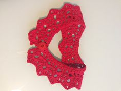 Cuello rojo realizado en crochet con cinta