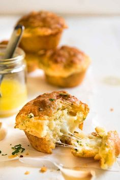 These muffins are buttery, cheesy and garlicky – just like cheesy garlic bread – except in muffin form. They are extra moist and have a gorgeous golden crust all over. Definitely a big step up from the usual muffins! Savory Muffins, Cheese Muffins, Muffin Recipes, Bread Recipes, Cooking Recipes, Paleo Bread, Nutella, Cheesy Garlic Bread, Garlic Cheese