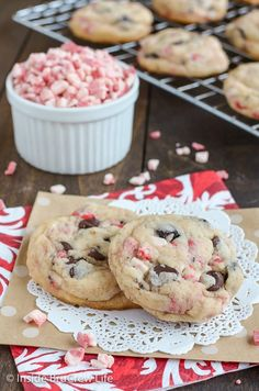 christmas cookie peppermint Oreo Peppermint Crunch Cookies - peppermint bits and cookie chunks make these cookies and cream cookies disappear in a hurry! Great recipe to make for holiday parties! Italian Christmas Cookie Recipes, Italian Cookie Recipes, Holiday Cookie Recipes, Holiday Cookies, Holiday Desserts, Holiday Baking, Christmas Baking, Easy Desserts, Dessert Recipes
