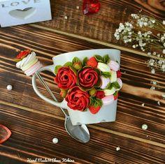 Beautiful roses Cute Polymer Clay, Polymer Clay Dolls, Polymer Clay Miniatures, Polymer Clay Projects, Polymer Clay Creations, Polymer Clay Jewelry, Cute Mug, Clay Cup, Clay Tutorials