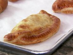 Pioneer Woman - Easy Calzones (she noted a pizza pocket it just mozzarella but a calzone also has ricotta) Italian Dishes, Italian Recipes, Pioneer Woman Recipes, Pioneer Women, Food Network Recipes, Cooking Recipes, Calzone Recipe, Ree Drummond, Dinner Recipes