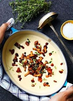 Krämig soppa med palsternacka och smörstekta kantareller