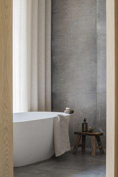 Una casa de campo diseñada por Norm Architects Interior Minimalista, Nordic Style, Bubbles, Magazine, Minimalist Bathroom, Minimalism, Cottage, Wooden Stools, Architects