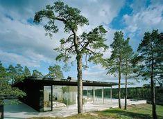 Auf einem natürlichen Plateau, an der Spitze einer Landzunge in Stockholm liegt die Villa 'Abborrkronen'. Der Flachbau, konstruiert von John Robert Nilsson, bietet eine Panoramasicht auf die darunter liegende Bucht und die untergehende Abendsonne im Westen. Rund um das Haus, entlang der Bäume und der Fassade, geschützt durch das überhängende Dach, befinden sich begehbare Kalksteinplatten.