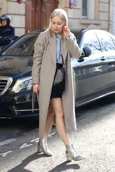 Streetstyle aus Paris, Tour Eiffel | Patent-Leather Skirt & Bell-Sleeves | Rock über Bluse-Kombi | Paris Fashion Week (PFW) | Metallic Boots