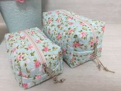 par-de-necessaire-porta-maquiagembolsinha Sewing Hacks, Sewing Crafts, Sewing Projects, Jute Tote Bags, Fabric Hearts, Kitchen Hand Towels, Baby Kit, Patch Quilt, Zipper Bags