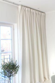Gardiner upp i tak! Modern Scandinavian Interior, Mirrored Side Tables, Interior Inspiration, Design Inspiration, Bedroom Windows, Curtain Designs, Dream Bedroom, Bathroom Interior, Home And Living