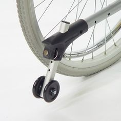 Съемный антиопрокидыватель с роликами и регулировкой по высоте для инвалидных колясок. Обеспечивает коляске дополнительную устойчивость и повышает безопасность передвижения в кресле.