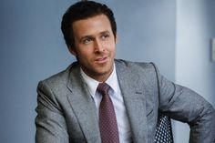 Jared Vennett (Ryan Gosling) non è un eroe. Vuole fare soldi. E' intelligente, e non ragiona da affarista da strapazzo