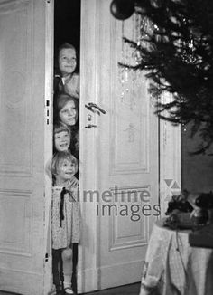 Christmas - Children put their heads through the door and look at the Christmas tree ullstein picture - ullstein picture / Timeline Images # 1932 . Christmas Door, Christmas And New Year, Kids Christmas, Timeline Images, Coffee Wedding Favors, Wedding Photography Checklist, Winter Coffee, Winter Baby Clothes, Winter Flowers