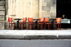 krcmu dole, kaviaren hore a na chodniku cervene stolicky