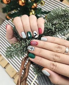 The Christmas manicure with drawings of Santa Claus, candy canes and miniature spheres was in the past. If you really want to show off a spectacular manicure during the holiday season, opt for a co… Cute Christmas Nails, Christmas Manicure, Xmas Nails, New Year's Nails, Elegant Christmas, Diy Christmas, Diy Holiday Nails, Simple Christmas, Beautiful Christmas