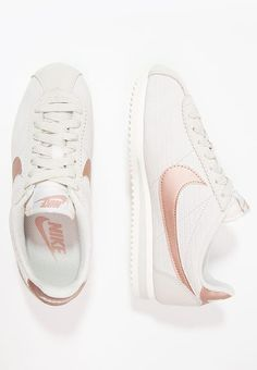 Nike Sportswear CLASSIC CORTEZ LUX - Low Sneakers - light bone / Metallic-Red-Bronze / Beige Beige: € at Zalando (as of Free delivery and return and free customer service on 0800 915 Nike Air Max Tn, Nike Air Max Plus, Zapatillas Nike Huarache, Zapatillas Nike Jordan, Huarache Run, Nike Sportswear, Nike Classic Cortez, Air Max Thea Beige, Basket Nike