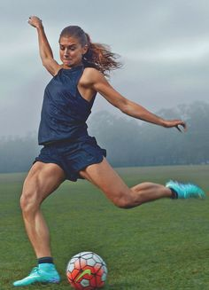 Alex Morgan member of the US Womens Soccer Team photographed by Annie Leibo Alex Morgan Poster, Alex Morgan Body, Alex Morgan Quotes, Sport Top, Look Girl, Soccer Stars, Soccer Training, Muscle Training, Strength Training