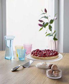 Collective Tools are ergonomic yet aesthetic utensils for modern dining that work individually, as a set or mix and matched with other Iittala Cake Lifter, Cadeau Design, Tool Cake, Glass Cakes, String Of Pearls, Marimekko, Vintage Pottery, Finger Foods, Clear Glass