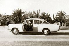 Vauxhall Velox PAS, 1958  Ausflug in Kuwait: Meine Mutter, ohne Führerschein und nur für's Foto, hinter dem Steuer eines der modernsten Autos seiner Zeit. Ihr erster Ehemann, Achim Röhr war Architekt und plante für die Scheichs der Ölrausch-Zeit Wohnhäuser, Yachtclubs, Schulen etc. Ob der Vauxhall ihm oder einem Kunden gehört, darüber schweigt das Fotoalbum… Jedenfalls waren Fahrten ans Meer und Partys bei Scheich's die einzigen Abwechslungen in der heißen Öde.  Text und Bild: Christoph…