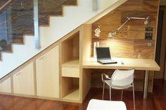 5 Ideas para aprovechar el espacio debajo de las escaleras Te compartimos algunas ideas para poder aprovechar ese espacio debajo de las escaleras; toma nota y si la creatividad te toma en un momento productivo, compártenos tus ideas para usar mejor ese pequeño espacio que sí, puede marcar la diferencia