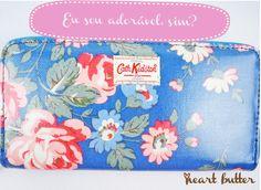 Cath Kidston e as estampas de flor mais lindas da via láctea, em uma carteira.   Como, eu te pergunto, como não adquirir uma pra cada dia da semana?  Amor,  Na heart butter: https://www.facebook.com/heartedbutter