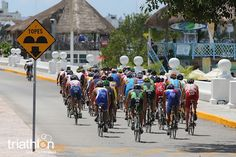 The Men ride at ITU Cozumel 2013 - Photo by Larry Rosa/ITU
