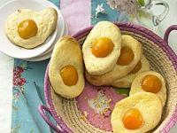 Aprikosen Spiegeleier mit Hefeteig für Ostern / Easter - BRIGITTE.de  http://www.brigitte.de/rezepte/rezepte/spiegeleier