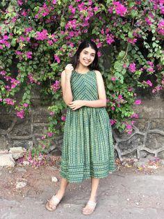 Casual Indian Fashion, Indian Fashion Dresses, Indian Designer Outfits, Designer Dresses, Simple Kurti Designs, Kurta Designs Women, Casual Frocks, Simple Frocks, Frock Fashion