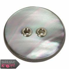 exklusive-knoepfe.de - Perlmuttknopf grau gefärbt mit silbernen Lochösen