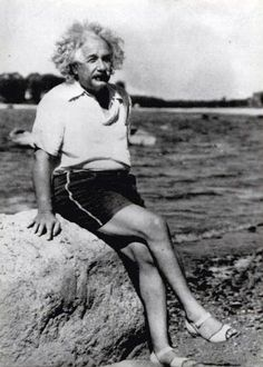 Da notare i sandali. Un genio.
