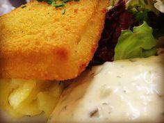 Paniertes Seelachsfilet mit Kartoffelsalat Remoulade & Blattsalat #live #aufdiehand #aufdenteller