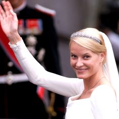In celebration of the wedding of their son, Prince Haakon of Norway, to Princess Mette-Marit in 2001, King Harald V and Queen Sonja presented their new daughter-in-law with her first tiara – a diamond daisy-motif band that dates back to the early 1900s. Photo: © Getty Images