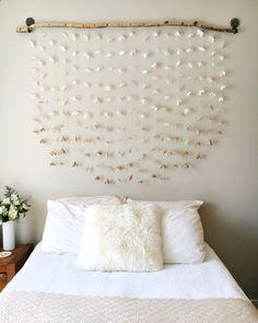 tete de lit a faire soi meme, bois flotté et guirlandes de papier blanc, linge de lit blanc et couverture beige, diy deco chambre élégante