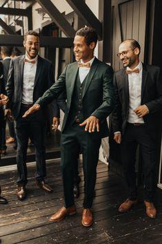Pour son mariage, Laurent portait un costume vert Samson Sur Mesure Green Wedding Suit, Vintage Wedding Suits, Wedding Men, Wedding Attire, Casual Groom Attire, Groom And Groomsmen Suits, Groom Outfit, Green Suit Men, Wedding Couple Poses Photography
