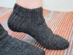 Crochet Socks, Knitted Slippers, Knitting Socks, Knit Crochet, Yarn Crafts, Diy And Crafts, Handicraft, Diy Gifts, Knitting Patterns