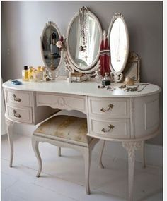 Victoria Sullivan - Inside Victoria Sullivan's Brooklyn Home - Vintage Vanity & Makeup Table Ideas - Dekoration Bedroom Vintage, Vintage Decor, Vintage Furniture, Vintage Room, Vintage Stuff, Furniture Design, My New Room, My Room, Dressing Table Vanity
