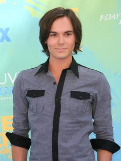 Great mid rise lenght for men with straight fine hair// Pretty Little Liar's Tyler Blackburn Photo: PR Photos Pretty Little Liers, Tyler Blackburn, Teen Vogue, Cute Faces, Attractive Men, Fine Hair, Perfect Man, Pretty Hairstyles, A Team