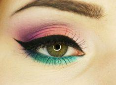maquillage yeux avec eye-liner et mascara en noir et fards à paupières en vert et rose pâle
