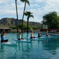 Good morning Phoenix! . . . . #SUPYoga #paddleboardyoga #goodmorning #phoenix #paradisevalley #scottsdale #Arizona #sanctuaryresort #riverboundsports #namaste