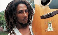 Dieser beeindruckende Fotoband begleitet den berühmten Reggae-Musiker, der auf der ganzen Welt als Ikone verehrt wird, von Jamaika nach Europa.  Der opulente Bildband zeigt Reggae-Ikone Bob Marley, den »ersten Superstar aus der Dritten Welt«, in den sensiblen und gleichzeitig kraftvollen Bildern des berühmten Fotografen David Burnett.  Burnett, der Gelegenheit hatte, Bob Marley vor seinem weltweiten Durchbruch kennenzulernen, dokumentiert die einzigartige Karriere des Jamaikaners, der von…