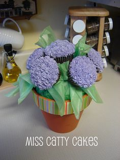Hydrangea Cupcake Bouquet Cupcake Bouqet, Cupcake Flower Pots, Flower Basket Cake, Hydrangea Cupcakes, Cupcake Arrangements, Mom Birthday, Birthday Cakes, Cupcake Boutique, Bee Cakes